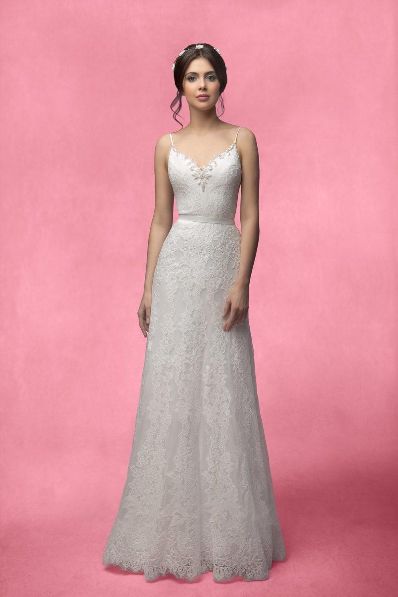 Прямое свадебное платье с лифом, дополненным тонкими бретелями, и кружевным болеро.