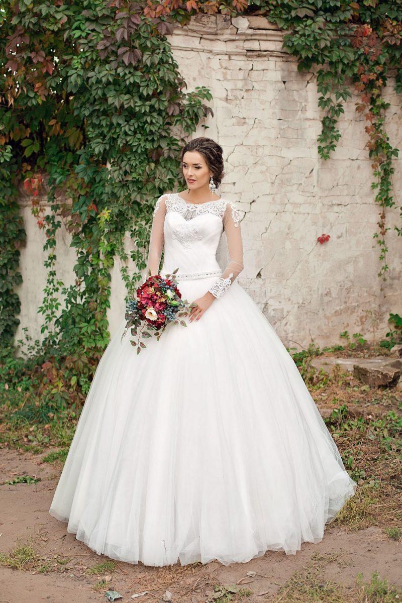 Пышное свадебное платье с закрытым кружевным лифом и вышитым бисером поясом.