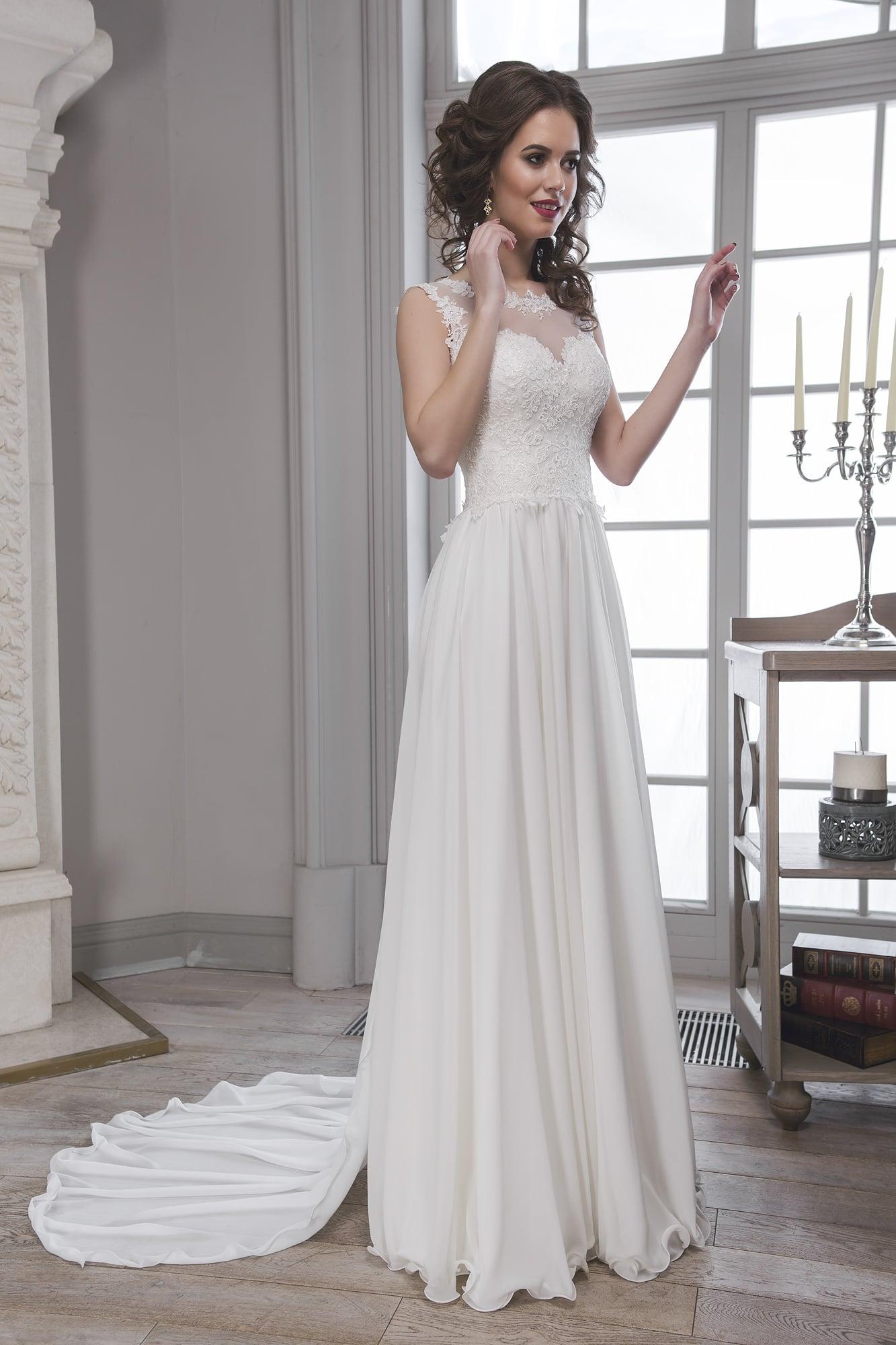 2b1b700a90e7e1a Прямое свадебное платье с кружевным корсетом, полупрозрачной спинкой и  длинным шлейфом.
