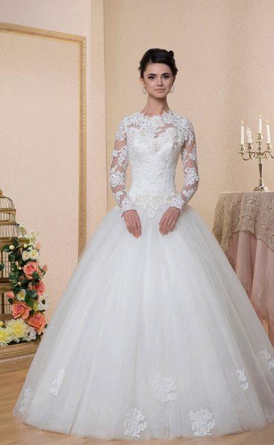 Закрытое свадебное платье в торжественном стиле, дополненное длинными кружевными рукавами.