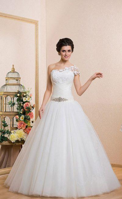 Пышное свадебное платье с драпировками на талии и закрытым кружевным верхом с коротким рукавом.