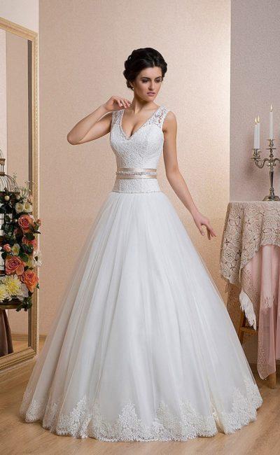 Шикарное свадебное платье с кружевной отделкой корсета и розовым атласным поясом на талии.