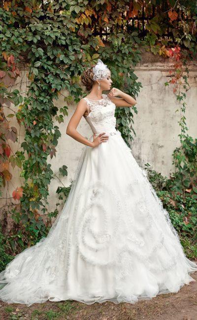 Закрытое свадебное платье «трапеция» с объемной отделкой и многослойным шлейфом.