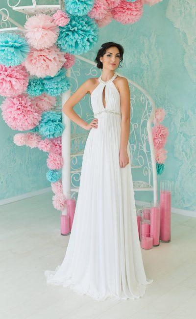 Женственное свадебное платье в ампирном стиле с вырезом на лифе и округлым воротником.