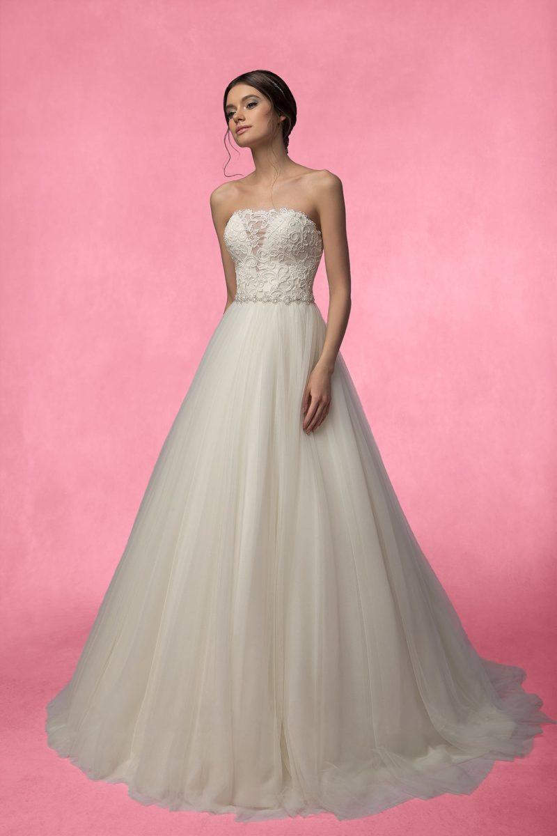 Свадебное платье с многослойной юбкой с роскошным шлейфом и открытым корсетом.