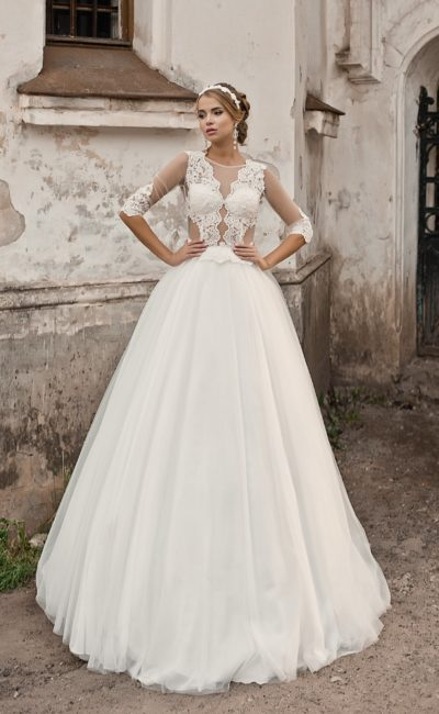 Торжественное свадебное платье с полупрозрачным корсетом, покрытым кружевной отделкой.