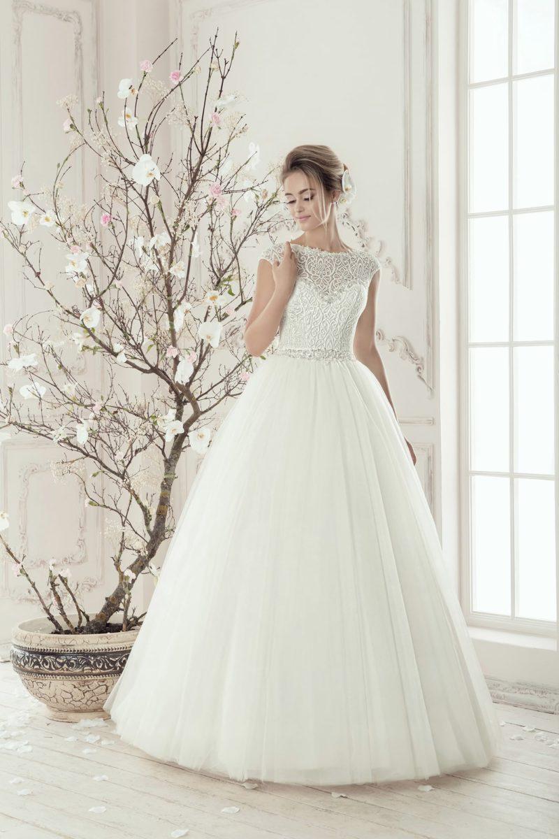 Свадебное платье «принцесса» с деликатным кружевным лифом с короткими рукавами.
