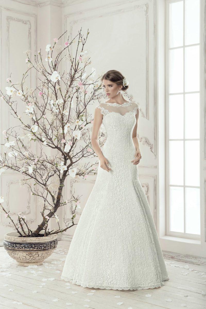 Свадебное платье «трапеция» с заниженной талией и лифом в форме сердца, оформленным тонкой тканью.