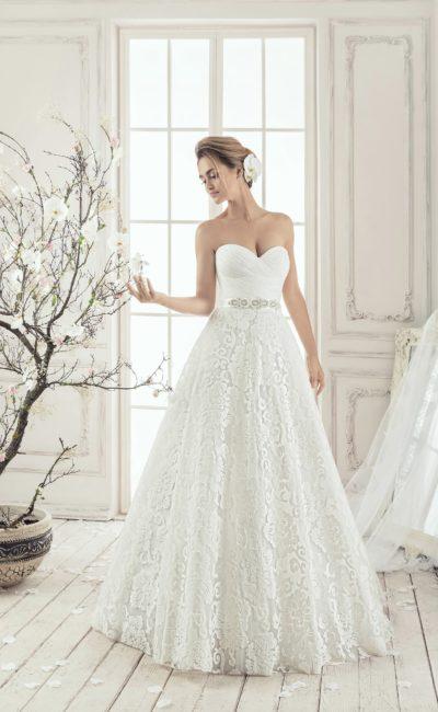 Свадебное платье с лифом в форме сердца и многослойной юбкой с кружевным верхом.
