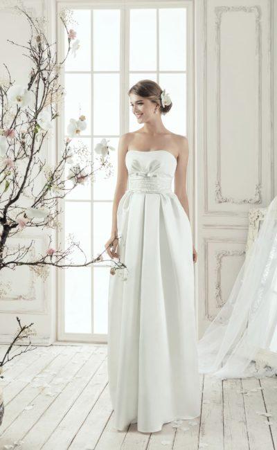 Открытое свадебное платье с элегантным лифом и широким поясом с драпировками.