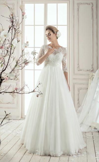 Закрытое свадебное платье «принцесса» с завышенной талией, округлым вырезом и рукавами.