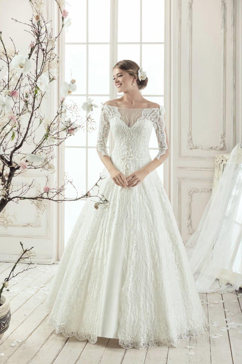 Свадебное платье «принцесса» со стильным портретным декольте и длинным кружевным рукавом.
