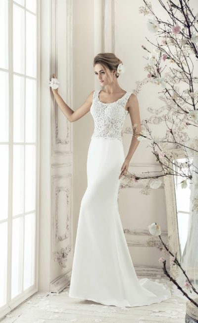 Сдержанное свадебное платье прямого кроя с фактурным лифом с округлым декольте.