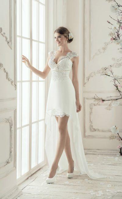 Короткое свадебное платье с кружевными бретелями и длинным тонким шлейфом.
