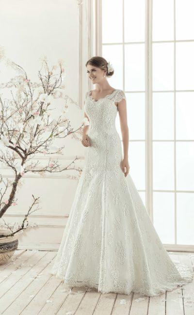 Свадебное платье А-силуэта с завышенной линией талии и нежной кружевной отделкой.