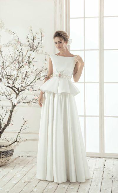 Стильное свадебное платье с пышной баской и деликатным декольте лодочкой с узкими бретелями.