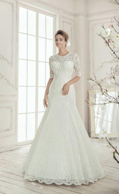 Закрытое свадебное платье «русалка» с кружевными рукавами и элегантным округлым вырезом.