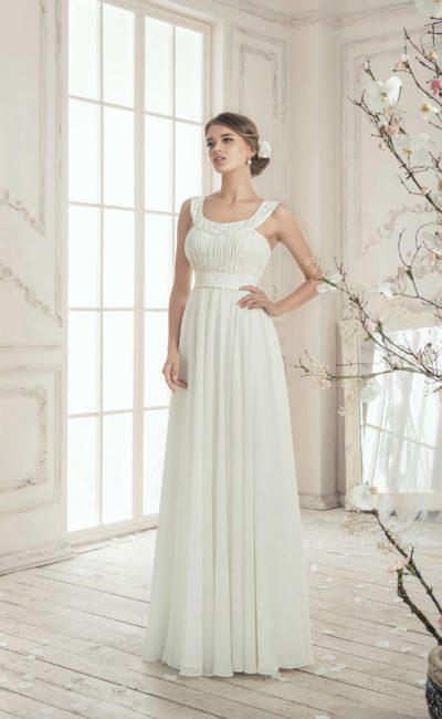 Лаконичное свадебное платье с декором из элегантных драпировок и округлым декольте.