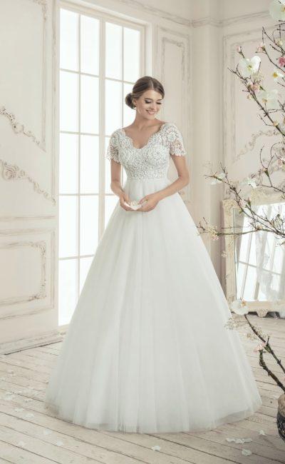 Стильное свадебное платье «принцесса» с фигурным V-образным вырезом и коротким широким рукавом.