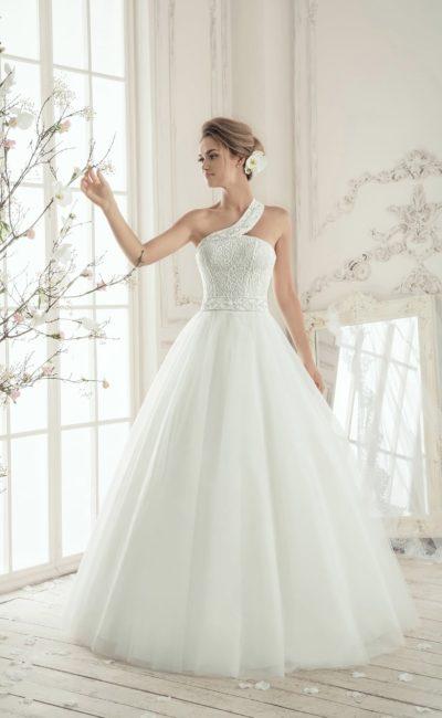 Пышное свадебное платье с фактурным корсетом, лифом прямого кроя и асимметричной бретелью.