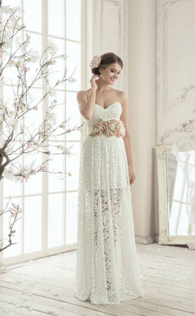 Открытое свадебное платье с декольте в форме сердца и полупрозрачной кружевной юбкой.