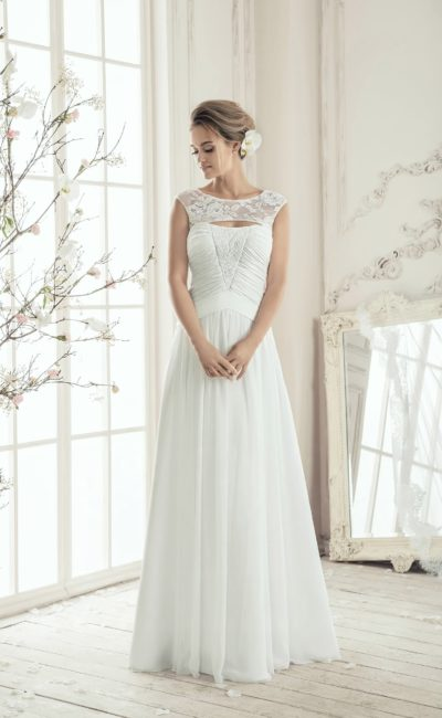 Элегантное свадебное платье с прямой юбкой, драпировками по корсету и сдержанным вырезом.