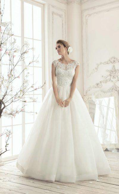 Романтичное свадебное платье пышного кроя с округлым вырезом и широкими бретельками.