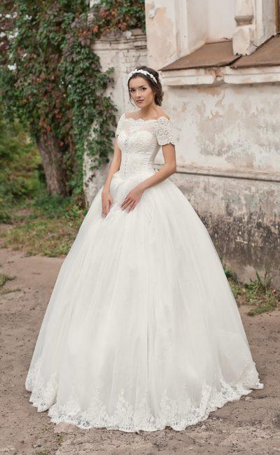 Пышное свадебное платье с фигурным портретным декольте и короткими рукавами из кружева.