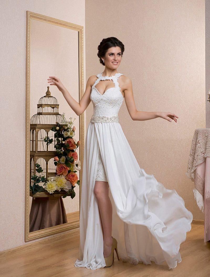 Прямое свадебное платье со съемной верхней юбкой и необычным кроем открытого лифа.