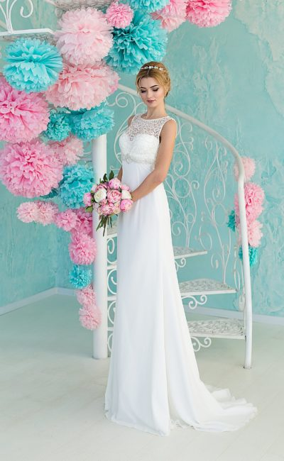 Прямое свадебное платье с шлейфом сзади и кружевной отделкой лифа с завышенной линией талии.