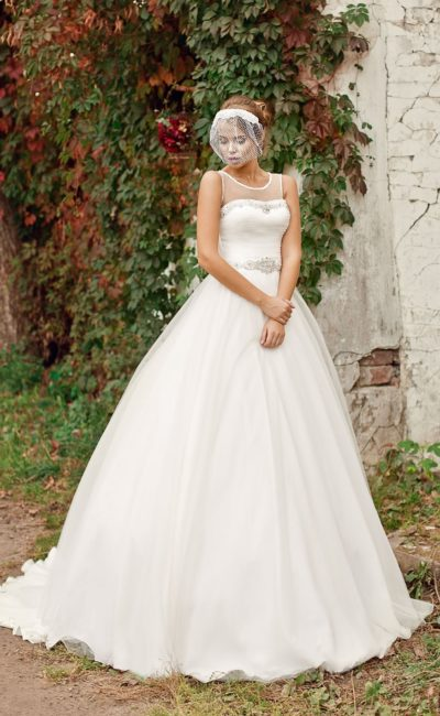 Свадебное платье «трапеция» с бисерным декором на талии и лифе, дополненном тонкой вставкой.