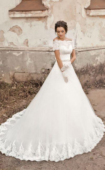 Свадебное платье «принцесса» с кружевным декором по низу подола и роскошным поясом.
