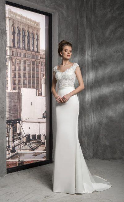 Прямое свадебное платье с изящной юбкой со шлейфом и кружевной отделкой лифа.