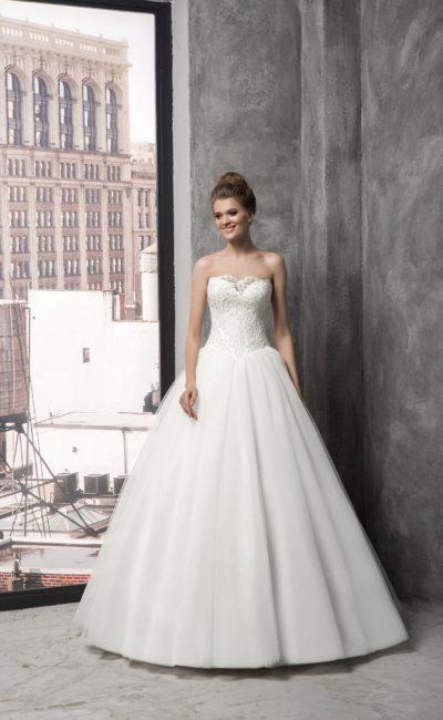 Свадебное платье с глубоким декольте, декорированным кружевом, и пышной юбкой.