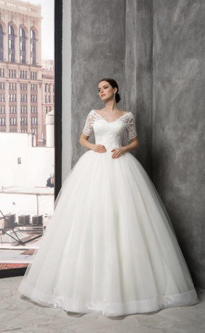 Великолепное свадебное платье с объемной юбкой и элегантным кружевным верхом с рукавом.