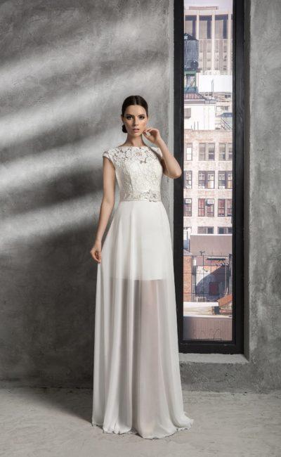 Прямое свадебное платье с кружевным верхом и юбкой, прозрачной ниже уровня коленей.