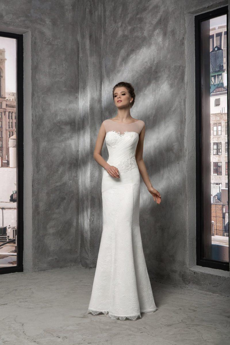Облегающее свадебное платье с прозрачной вставкой над лифом и драпировками по корсету.
