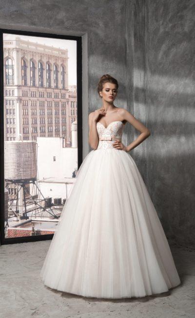 Романтичное свадебное платье с вырезом в форме сердца и атласным поясом кремового цвета.