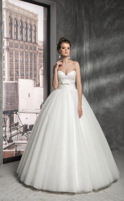Пышное свадебное платье с глянцевой подкладкой и глубоким декольте в форме сердца.