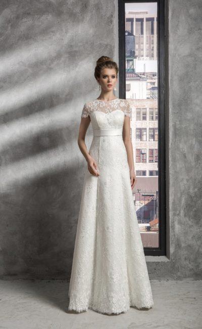 Ампирное свадебное платье с широким поясом, округлым вырезом и короткими кружевными рукавами.