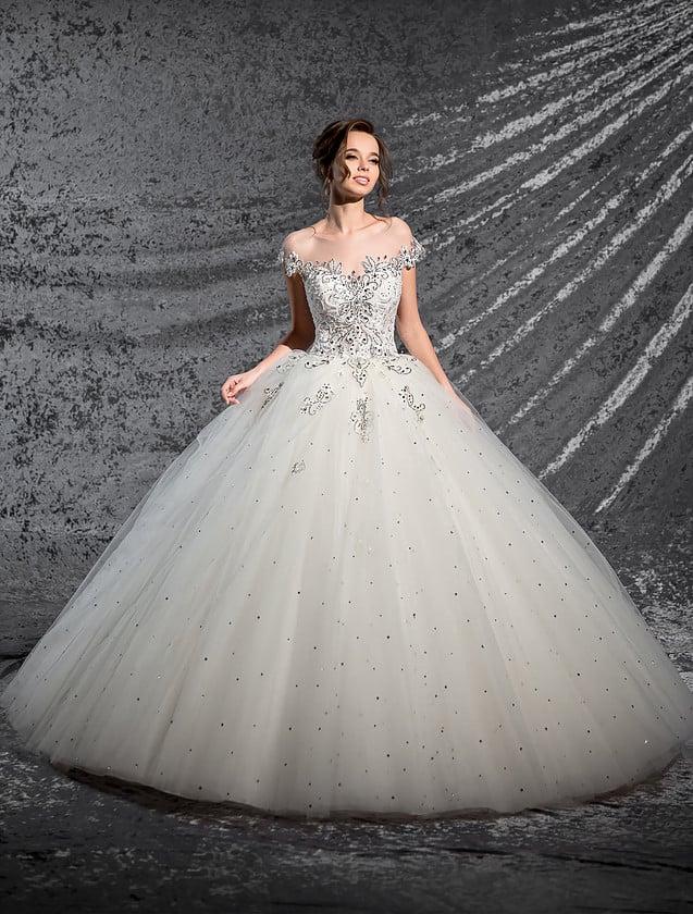 Очаровательное свадебное платье пышного кроя, с изящным корсетом, декорированным бисером.