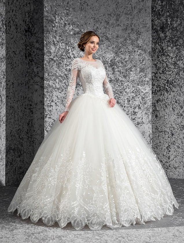Утонченное свадебное платье с длинными кружевными рукавами и роскошной пышной юбкой.