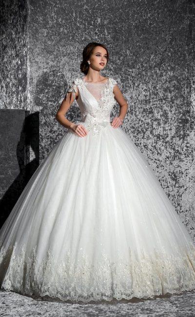 Пышное свадебное платье с кружевной отделкой низа подола и объемным декором по корсету.
