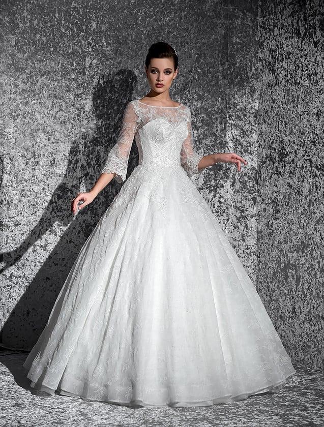 Шикарное свадебное платье пышного силуэта с широкими кружевными рукавами длиной три четверти.