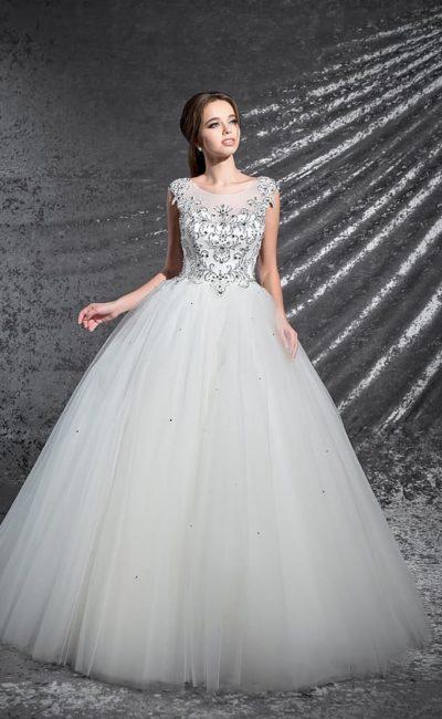 Грациозное свадебное платье с торжественным силуэтом и сияющим бисерным декором.