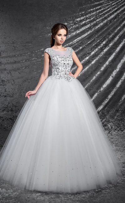 Пышное свадебное платье с округлым вырезом, коротким рукавом и сияющей бисерной отделкой.