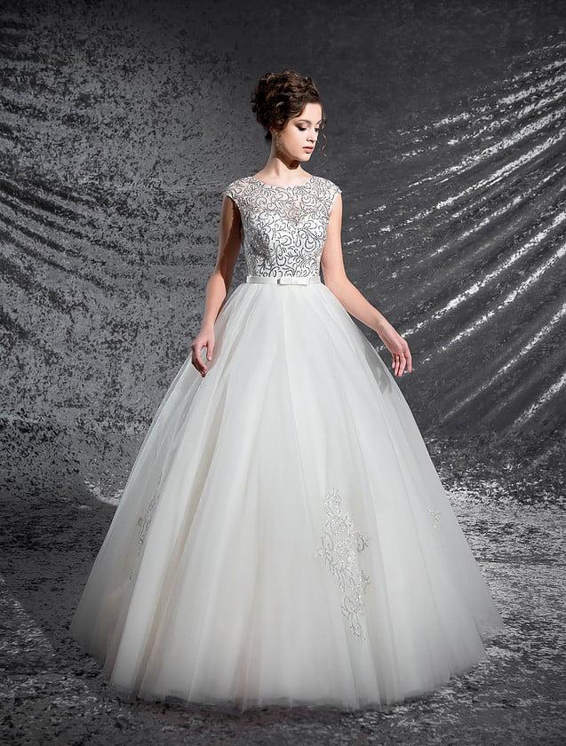 Пышное свадебное платье с узким атласным поясом и закрытым лифом, покрытым бисером.