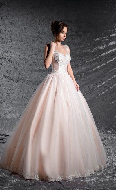 Свадебное платье с кружевным декором корсета, выполненное в нежном пудровом оттенке.