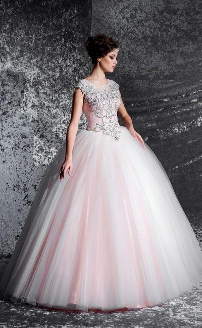 Розовое свадебное платье пышного кроя с серебристым бисерным декором по корсету.
