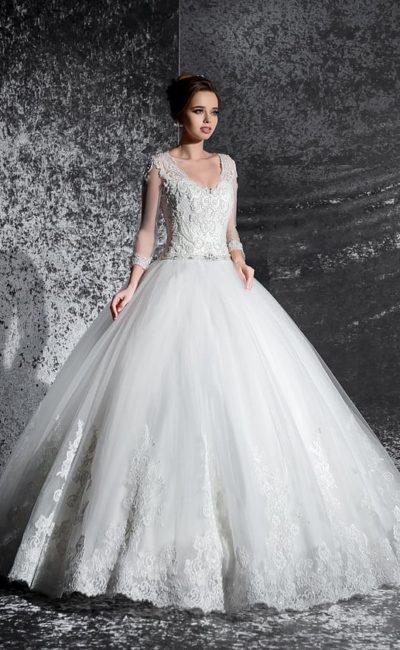 Пышное свадебное платье с фактурным корсетом, V-образным вырезом и длинным рукавом.